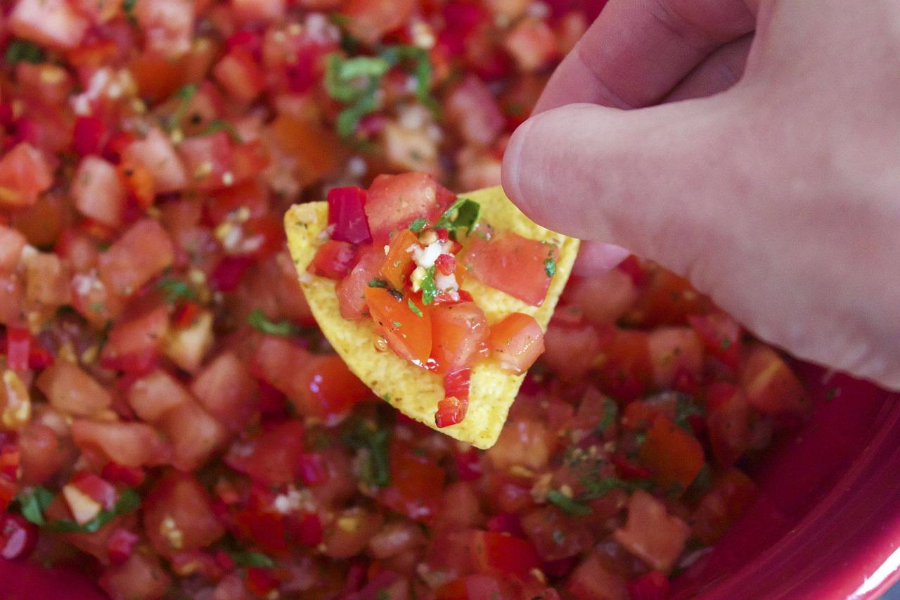 市販のサルサソースで鶏肉煮込みの作り方!チーズやアボカド・キャベツのアレンジを紹介!