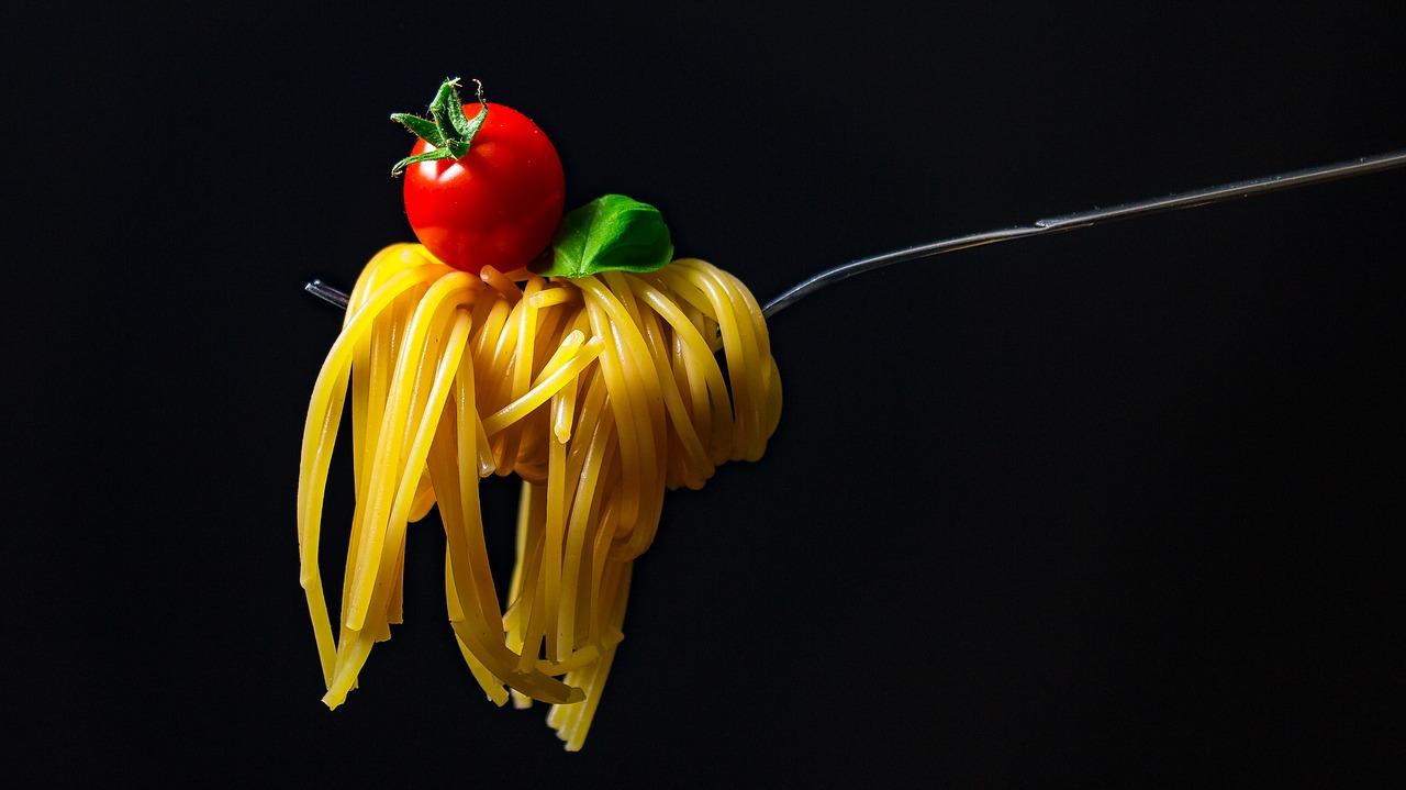 クレイジーソルト入りパスタの人気メニュー!トマト・ツナ缶などペペロンチーノと相性抜群の組み合わせもチェック!