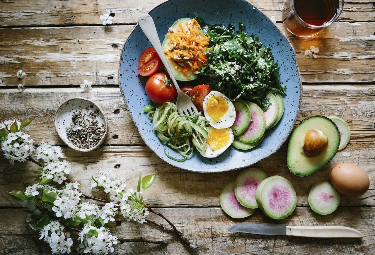 オーロラソースを使ったサラダの作り方!アボカド、トマト、キャベツ、ブロッコリー、チキン、ゆで卵に合う!