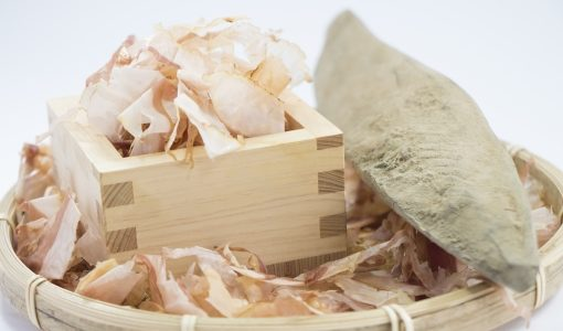 鰹節の削り方は簡単?包丁やピーラーでやる場合の最初と最後の向きなどを紹介!